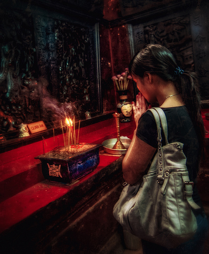 incense-to-buddha